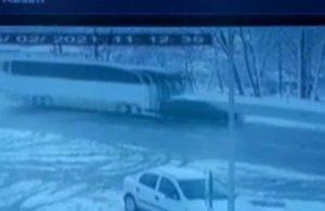 Voleybol takımını taşıyan otobüs, önündeki araca böyle çarptı