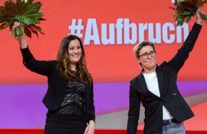 Almanya'da bir ilk: Sol Parti'ye iki kadın başkan
