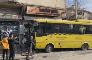 Taksiyle çarpışan otobüs, büfeye daldı: 1 ölü, 9 yaralı