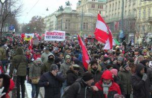 Avusturya'da koronavirüs tedbirleri protesto edildi