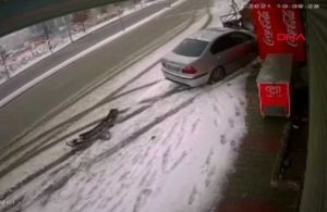 İstanbul'da yoğun kar ve buzlanma! Kayan otomobil böyle kaza yaptı