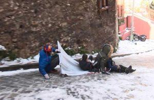 Dik sokaklar çocuklar için kayak pisti oldu