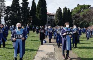 Akademisyenler üzerinde 159 yazan dövizlerle rektörlük binasına yürüdü: Melih Bulu istifa