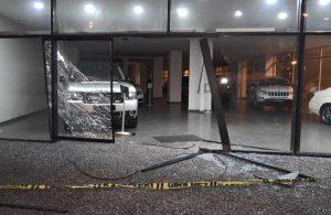500 bin liralık otomobili camdan çıkararak çaldılar