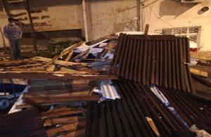İstanbul'u fırtına vurdu, çatılar uçtu!