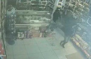 Müşteri olarak geldi, market sahibine saldırdı