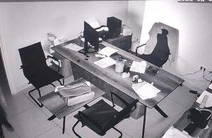 Kasadan 1 milyon lira çalan hırsızlar güvenlik kamerasına yakalandı