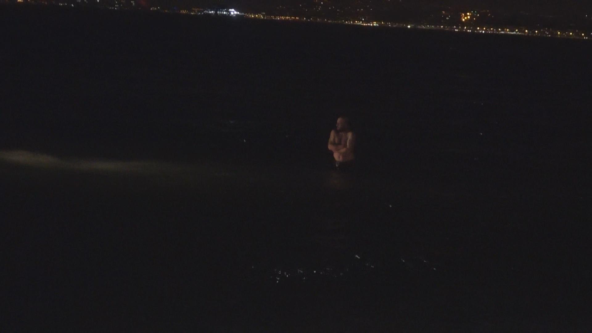 Polisten kaçan şüpheli şahıs, gözaltına alınmamak için denize atladı