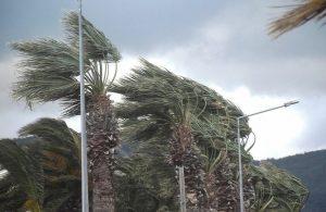 İzmir Urla'da fırtına sahilleri vurdu