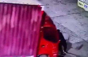 El frenini çekmeyi unuttuğu kamyonetin altında kalarak hayatını kaybetti