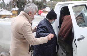 Kartal Belediyesi ekipleri yaşlı çifti aşı randevusuna yetiştirdi