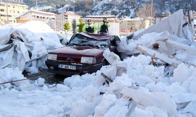 Kardan etkilenmemesi için kapalı alana çekilen otomobilin üzerine çatı çöktü