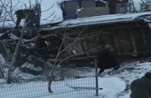 İstanbul'da yoğun kar yağışı ve buzlanma: Servis minibüsü yan yattı
