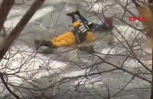 Köpeğiyle birlikte buz tutan nehre düştü, böyle kurtarıldı