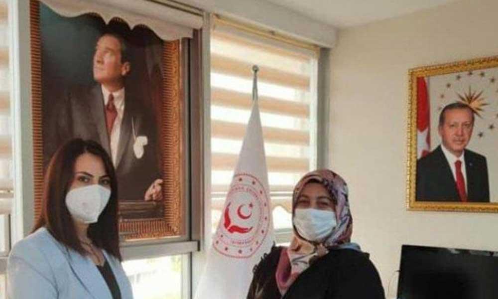 Atatürk portresinin üzerine perde koydu