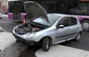 Refüje vurarak savrulan otomobil kaldırıma çıktı: 1 yaralı
