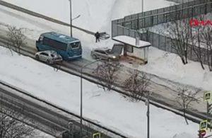 Buzlu yolda kayan araç durakta bekleyen yayaya böyle çarptı