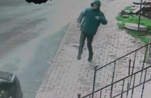 Sokak ortasında silahlı kavga: Yaralanan kişi sekerek kaçtı