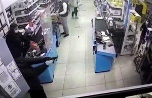 Elektronik mağazasındaki silahlı soygun anının görüntüleri ortaya çıktı