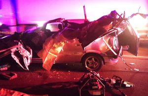 Otomobil kavşakta TIR'a çarpt: 3 ölü