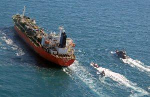 Kerç Boğazı'nda mürettebatı zehirlenen Türk gemisi, kıyıya çekiliyor