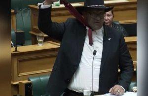 Temsilciler Meclisi'nde kravat krizi: Resmen tasmalık