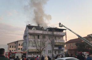 Çatı katında çıkan yangını izlerken sosyal mesafeyi unuttular