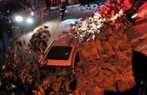 Nevşehir'de istinat duvarı çöktü, 3 otomobilde hasar oluştu