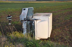 Kontrolden çıkan kamyonet tarlaya devrildi: 3 yaralı