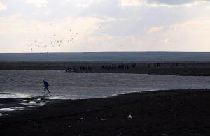 Gölette alabora olan teknedeki 3 arkadaştan 1'i kurtuldu; 2'si aranıyor