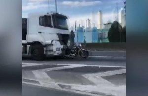 Eşini yaralayan şoförün kamyonunun kapısında 32 kilometre boyunca asılı kaldı