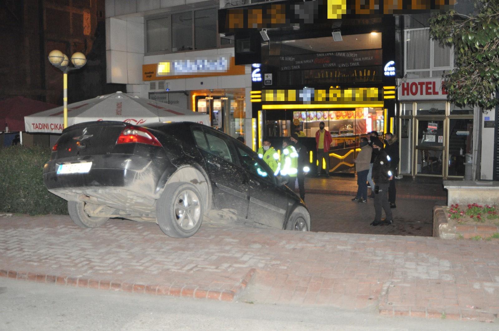 Kaza yapan iki arkadaş, hiçbir şey olmamış gibi restoranda yemek yedi