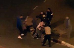 5 kişi, sokak ortasında bir kişiye saldırdı