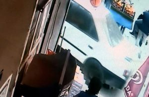 Otomobilin altında kalıp sürüklenen bebeğin sadece burnu kanadı