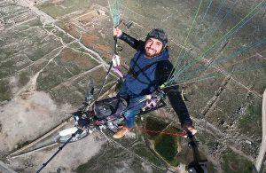 Paraşütüne bağladığı motosikletle Pamukkale semalarında süzüldü