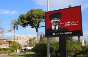 """Efes Selçuk Belediyesi ilçeye """"Tek Sevdamız Atatürk"""" afişleri astı"""