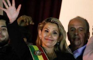 Darbeyle gelen eski Devlet Başkanı Anez ve 5 eski bakan için yakalama kararı
