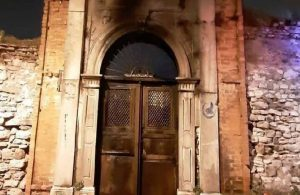 Kasturya Sinagogu'nun kapısı ateşe verildi