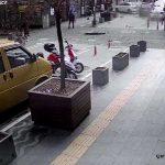 Lüks cipin çarptığı otomobil, pastane vitrinine çarparak durdu