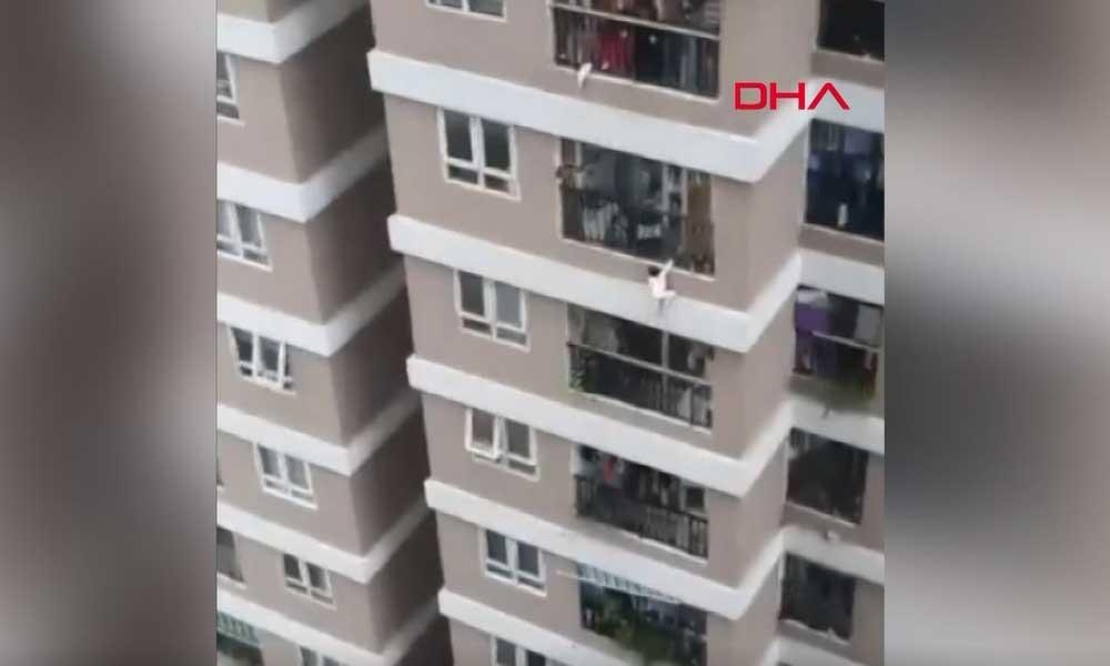 Mucize…. 12'nci kattan düşen küçük kızı kurye kurtardı