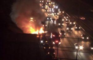 Kavacık TEM Otoyolu'nda kamyonet alev alev yandı