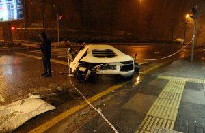 Lüks otomobil, kar küreme aracı ile kurye motosikletine çarptı: 2 yaralı