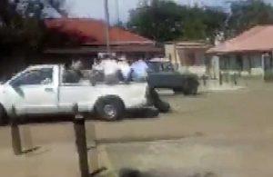 Polise ait kamyonetin arkasında metrelerce sürüklendi