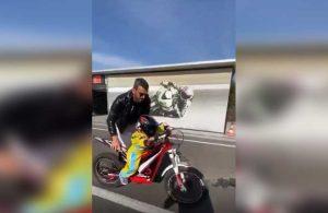 AKP'li Kenan Sofuoğlu 2 yaşındaki oğluna motosiklet kullandırdı