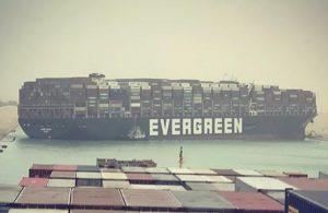 Süveyş kanalında 400 metrelik gemi sıkıştı!