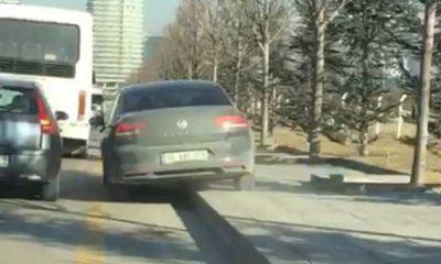 Yoğun trafikte otomobiliyle kaldırıma çıktı