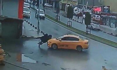 Karşıya geçmek isteyen kadınlara taksi çarptı