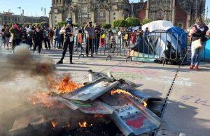 Meksikalı kadınlar polis şiddetine karşı sokakta