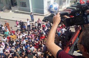 Çocukları otobüs peşinden koşturan AKP'li belediye oyuncakları otobüsten fırlattı