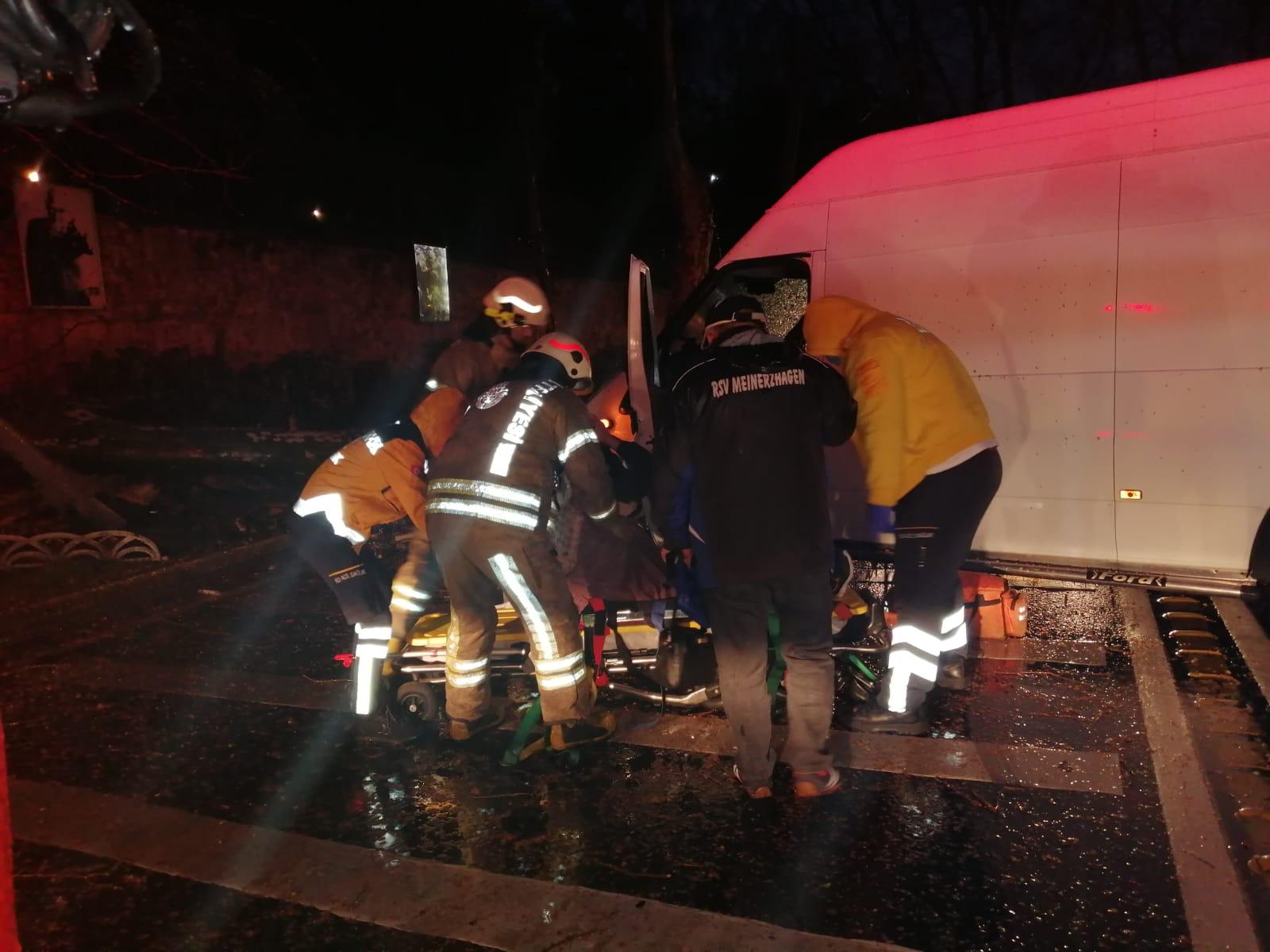 Beşiktaş'ta panelvan minibüsün çarptığı ağaç devrildi: 1 yaralı